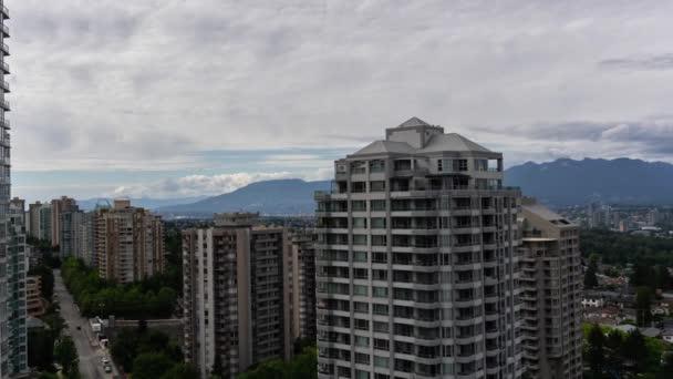 Légi TimeLapse lakóépületek a modern elővárosi környéken során egy felhős nyári napon. Taken közelében Metrotown, Burnaby, Vancouver, BC, Kanada.