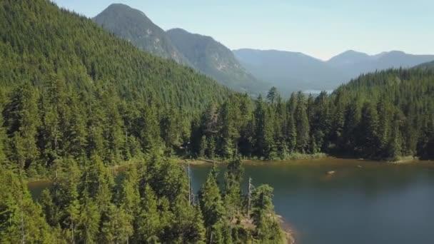 Letecký pohled na krásné kanadské krajiny během slunečného letního dne. Přijata v jezeře Kenyon, se nachází poblíž mise, východně od Vancouver, Bc, Kanada.