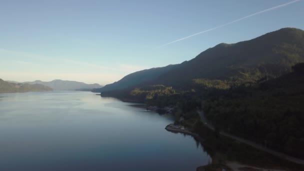 Luftaufnahme des Flusses im Tal in der wunderschönen kanadischen Berglandschaft. aufgenommen nahe pemberton, britisch columbia, kanada.