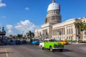 Havana, Kuba-13. května 2019: klasické staré auto v ulicích starého Havana během pulzního a jasného slunečného rána.