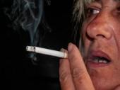Fotografie Eine reife Frau Rauchen einer Zigarette