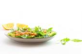 saláta avokádóval, rák és friss fűszernövények