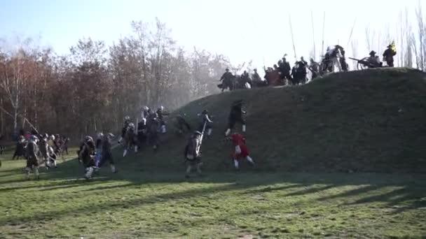 Rekonstrukce historické bitvy - na obránci střílet útočící vojáci mušketýři. Útočící vojáci, které používá historické pušky proti obránci na kopci v popředí. Třicetiletá válka 1618, bitva o Plzeň (Plzeň), Česko