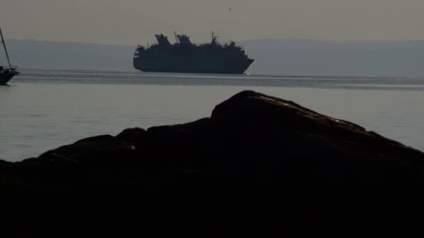výletní loď a plachetnice v soumraku