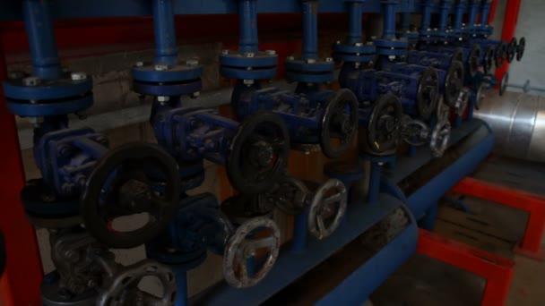 Rohre und Wasserhahnventile des Heizsystems