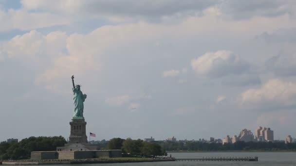A Szabadság-szobor egy felhős napon - New York City, Amerikai Egyesült Államok