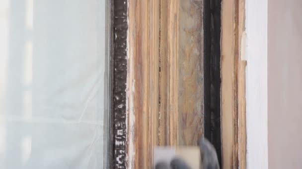 Ruční broušení dřevěné okenní rám