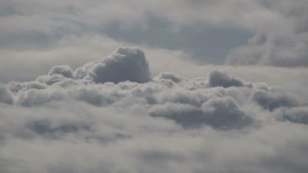 Chlupaté tmavé mraky-zakryté modrou oblohou