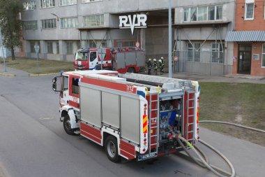 Rvr, 16.10.2018, Riga, Letonya fabrikasında yangın söndürme itfaiye çalışmaları