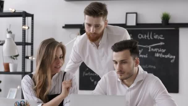Muž pracuje, nebo plánování úspěch týmu vyskočit na obchodní schůzce v kanceláři
