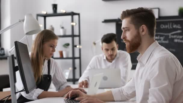 Modern kreatív hivatalban dolgozó indítási terv üzleti emberek csoportja