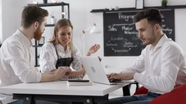 Diskusní setkání obchodník pro opracování nebo týmu plánování v moderní kanceláři