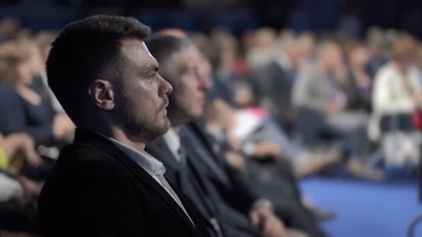 Menge von Geschäftsleuten im Konferenzraum für Teamarbeit oder Finanzdiskussion