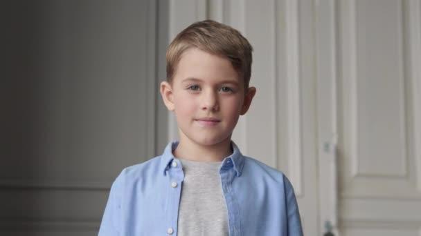 Vážné dítě pohled na fotoaparát nebo portrét šťastného obchodního chlapce