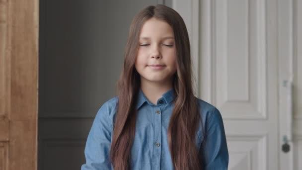Portré boldog mosolygó lány vagy gyönyörű gyermek nézi Camera