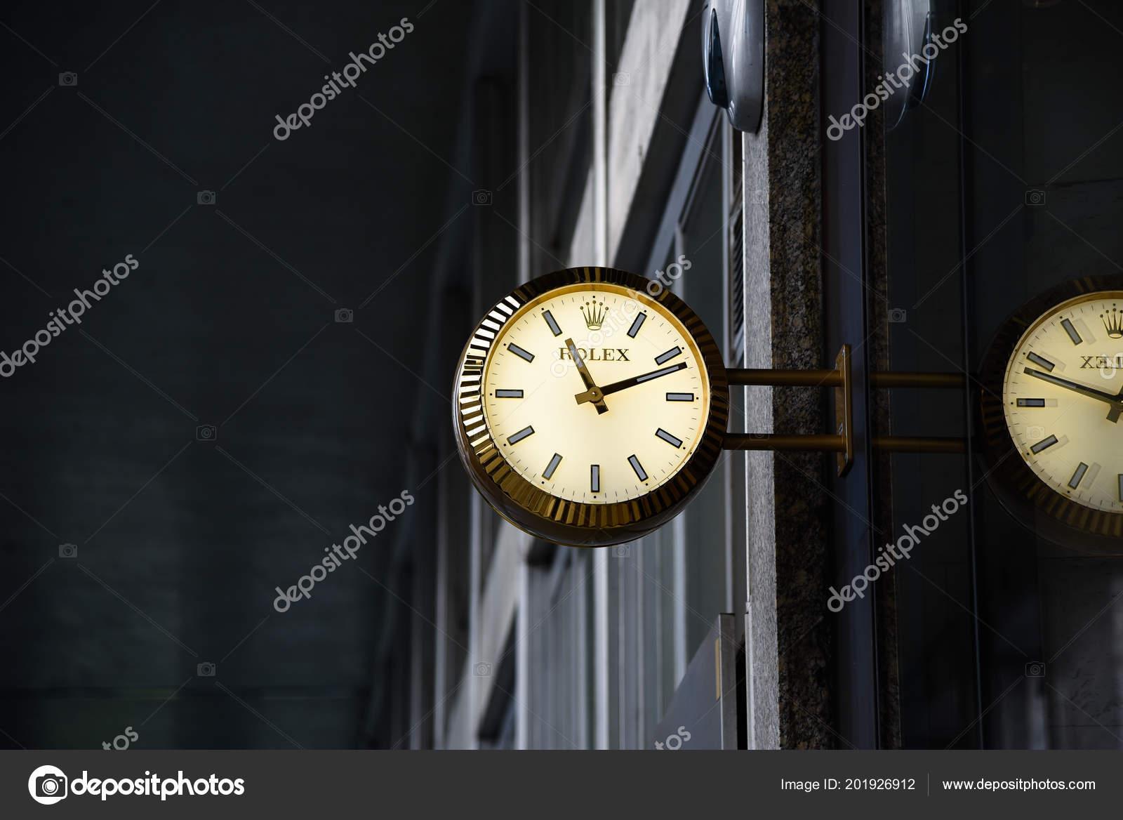 fd21067c81aa15 Milano, Italia - 25 maggio 2018: Orologio Rolex pubblicizza all'ingresso il negozio  di orologi — Foto di pedrolino.stan@gmail.com