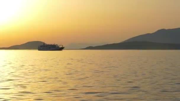 trajekt loď jde do přístavu při západu slunce