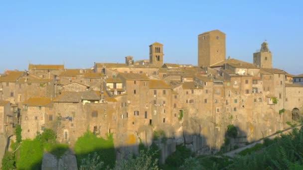 panorama der schönen mittelalterlichen stadt vitorchiano bei untergang, lazio. Italien