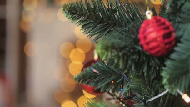 detail, dětské ruce zdobí stromeček, dovolená, světlé slavnostní pozadí