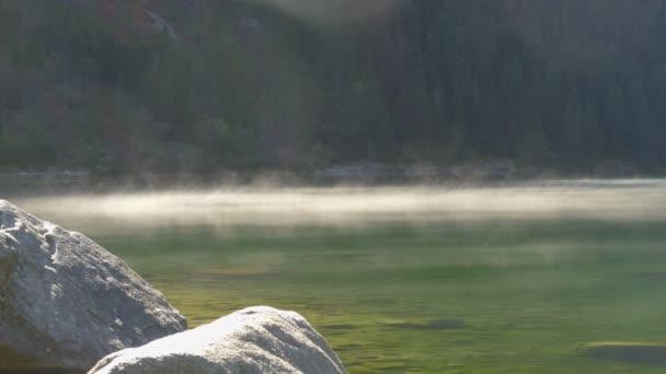 4k, Morgennebel über einem Bergsee im Tatra-Nationalpark