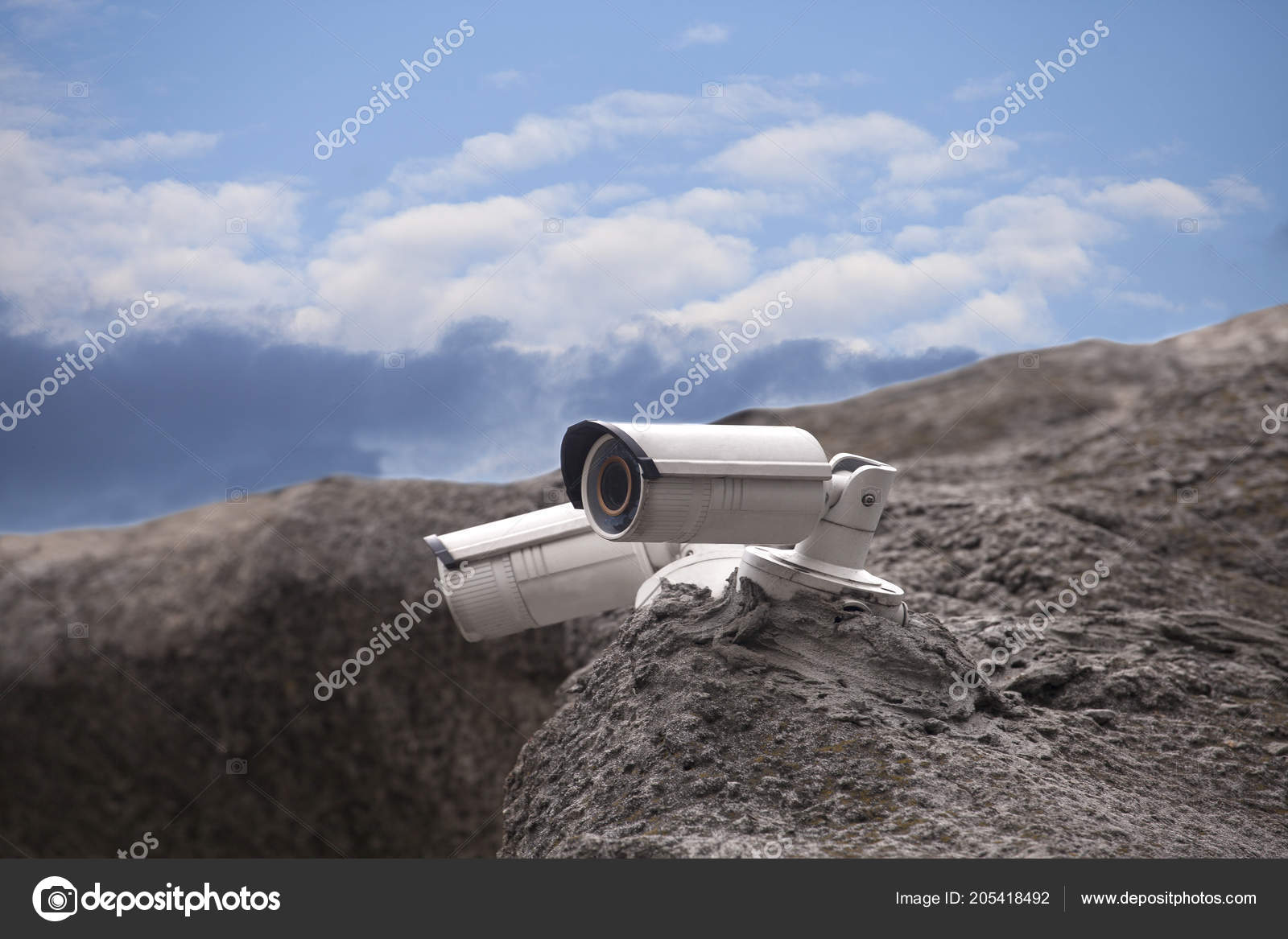 Rock Camera Surveillance : Surveillance security camera rock blue sky background u2014 photographie