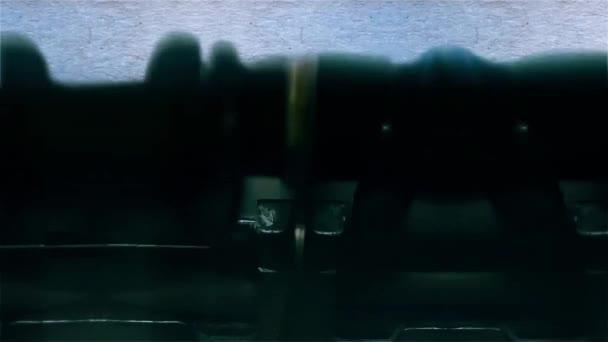 Vyprávění slovo detailní je psaní s zvuk a na list papíru na Starý psací stroj 4k záběry