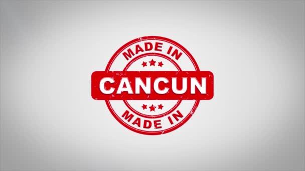 V Cancúnu podepsal, lisování dřevěné razítko animace textu. Červený inkoust na čistém pozadí povrch dokument White Paper s zelená matná zázemí včetně.