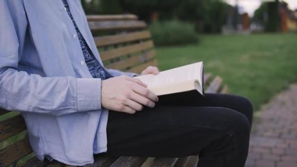 Egy könyv olvasása és fejtetőre egy oldal közelről