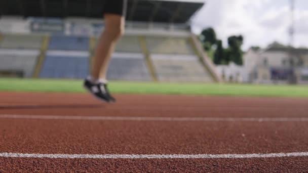 Sportovec skákající na stadionu venku