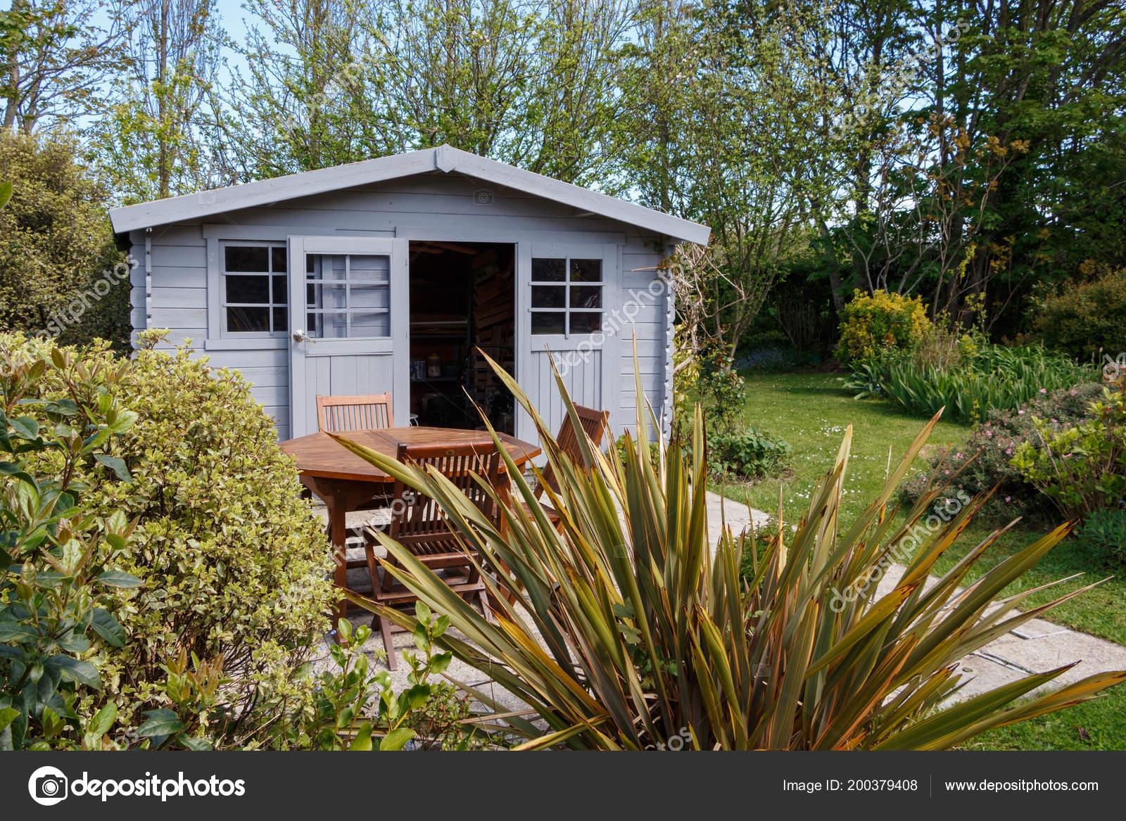 Cobertizo Con Muebles Terraza Jardín Fotos De Stock