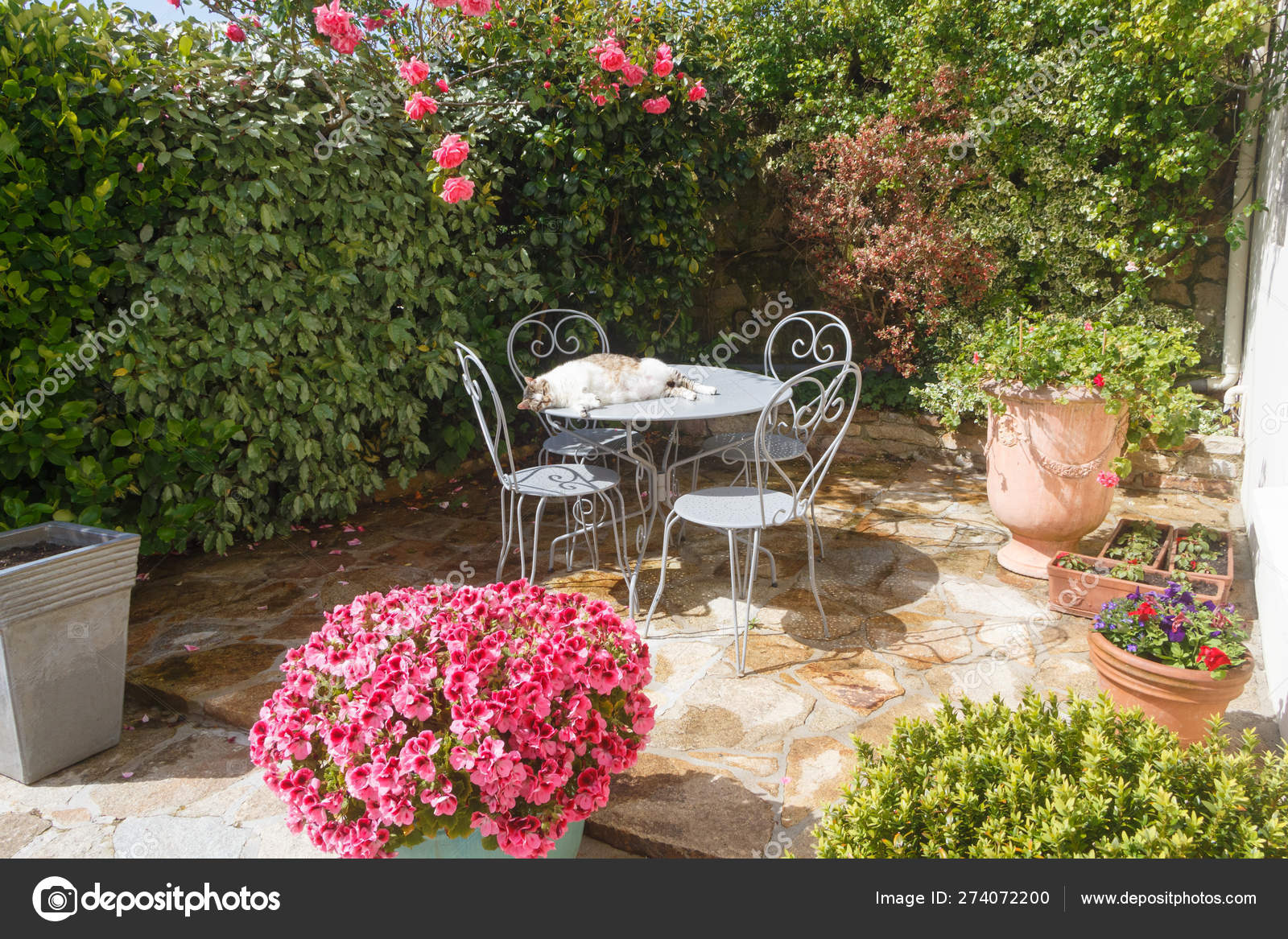 Terraza Con Mobiliario De Jardín Con Flores Foto De Stock
