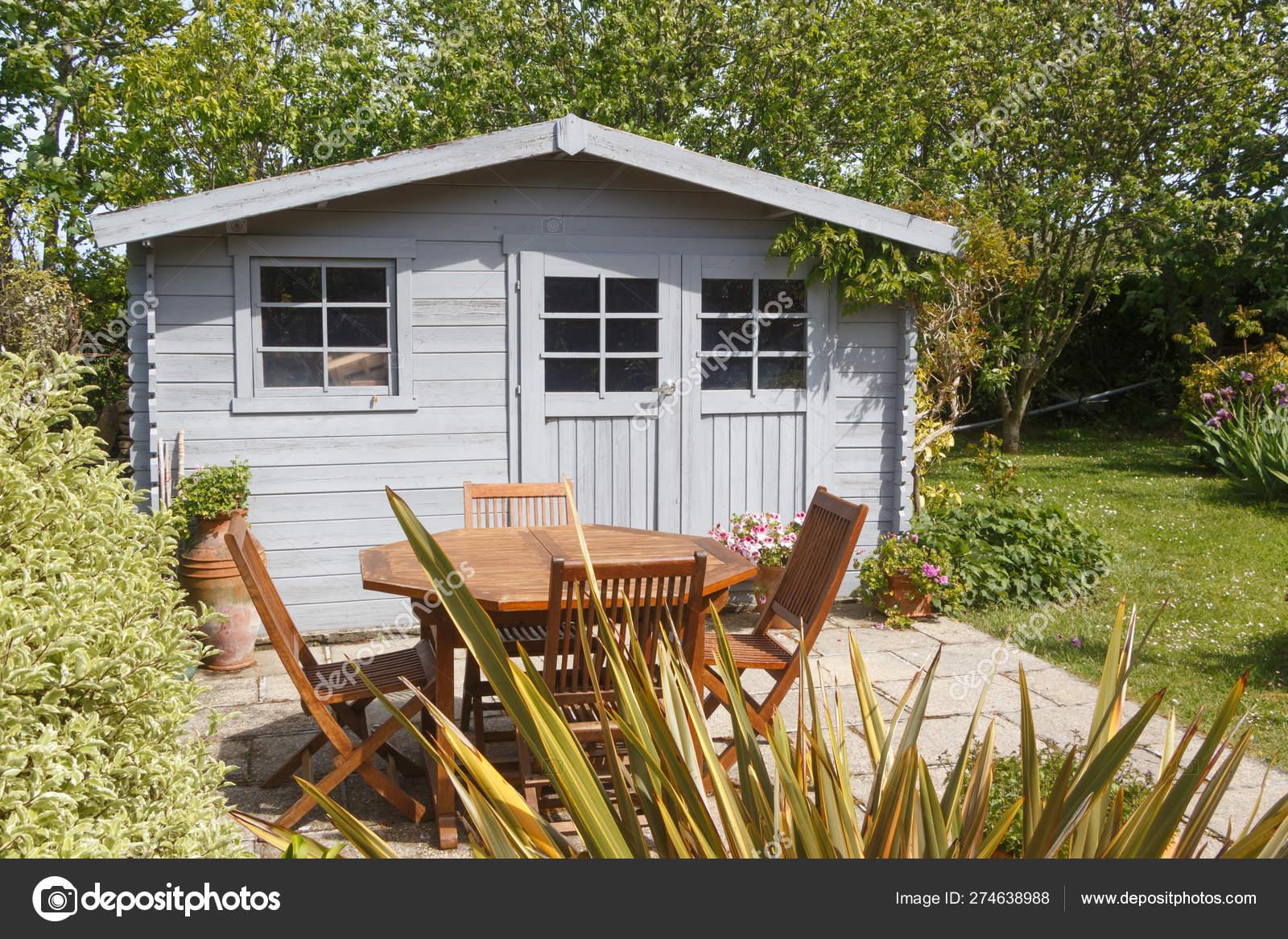 Cobertizo Con Muebles De Terraza Y Jardín Foto De Stock