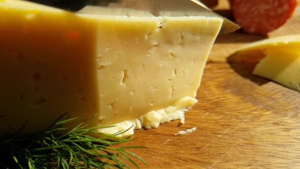 nůž skvrn sýr na dřevěném prkénku, zpomalené střílení