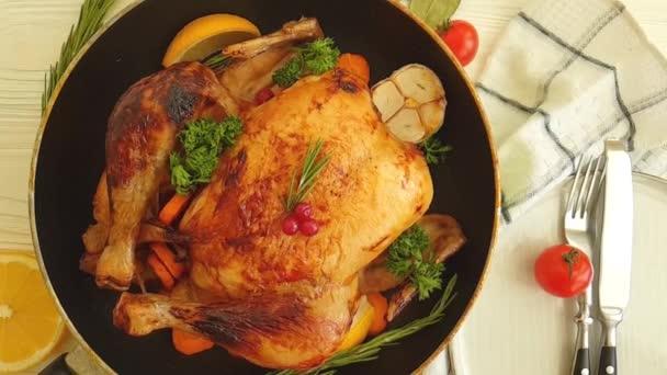 celý smažený kuře, na dřevěné pozadí zpomalené střílení