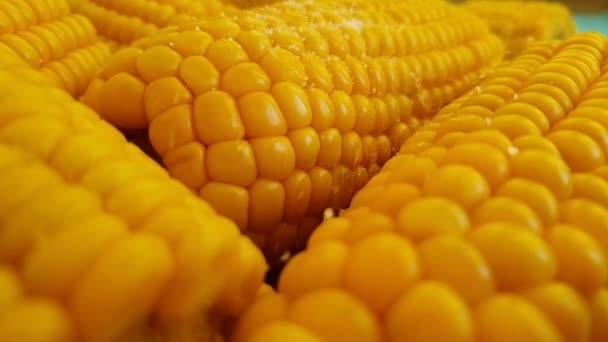 Posypat kukuřice se solí, pomalý pohyb