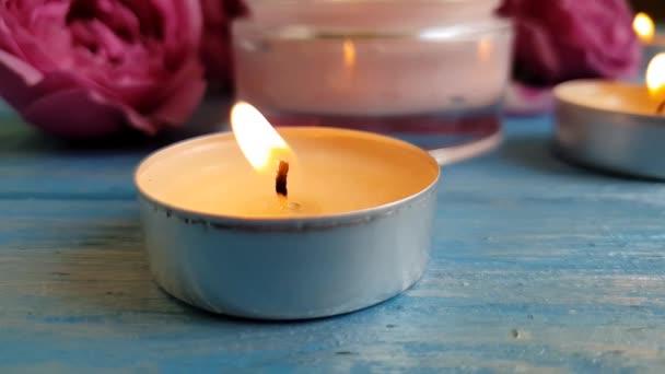Rosenextrakt, Kerze, Kosmetikcreme in Zeitlupe