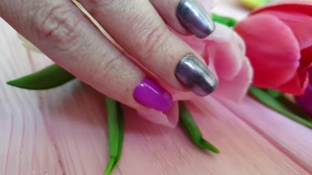 ženská ruční manikúra Tulipán