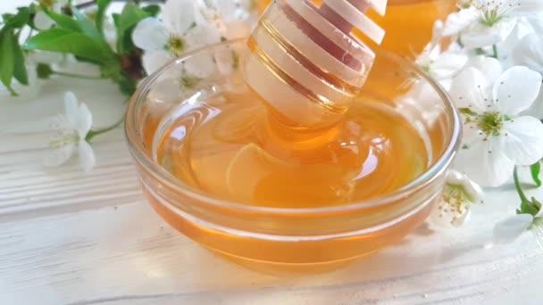 med, třešňová Květa na dřevěném pozadí