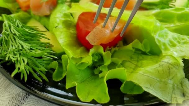 Losos salátové, avokáda pomalý pohyb