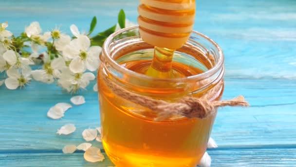 čerstvý med kvetoucí třešně na dřevěném pozadí