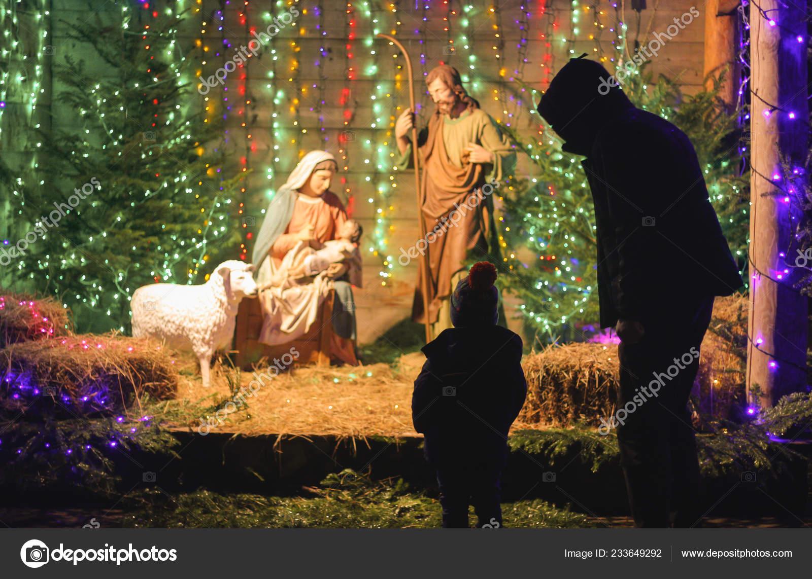 Weihnachten Krippe Bilder.Vater Und Sohn Beobachten Die Weihnachtsszene Weihnachten Krippe Mit
