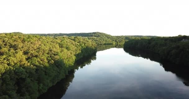 folyó folyik az erdők között. Tavaszi erdő, mérlegelés víz