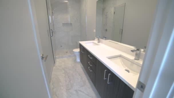 Malá moderní koupelna do patra. zásah snižuje na nové moderní koupelny z vysoko