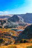 Autunno giallo paesaggio alpino, acqua pulita nel lago alpino. Montagne rocciose, stagione autunno colorato