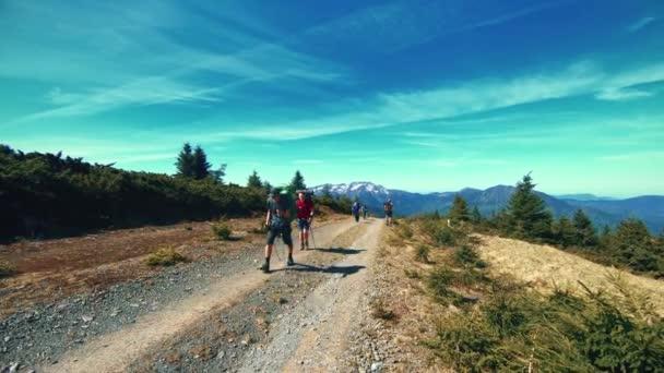 utazó séta egy hegyi úton, a hegyek a háttérben