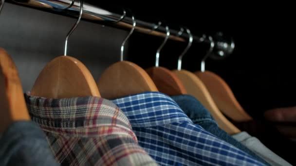 člověk si vybere oblečení do skříně