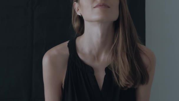 Profesionální herečka a modelka pózuje na kameru