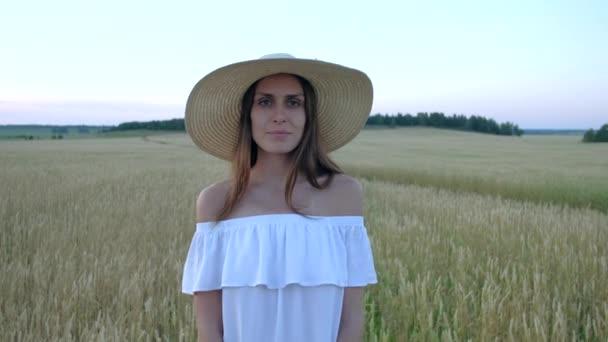 úžasný portrét krásné ženy stojící v oblasti zralé pšenice golden
