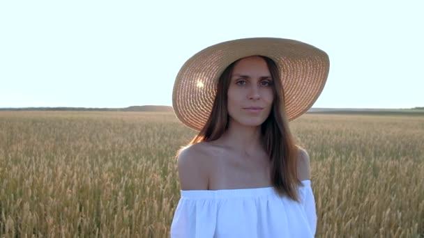 gyönyörű nő érett Arany búza területén állandó csodálatos portréja