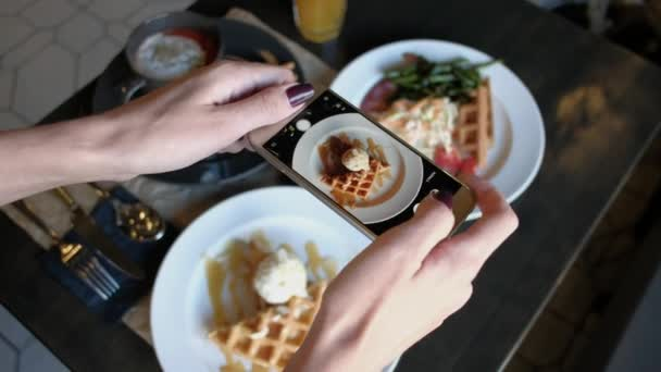 Weibliche Hände fotografieren Lebensmittel per Smartphone